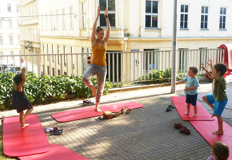 Maria Bruckmoser im FREIRAUM-Institut: Familien-Yoga und Kinder-Yoga